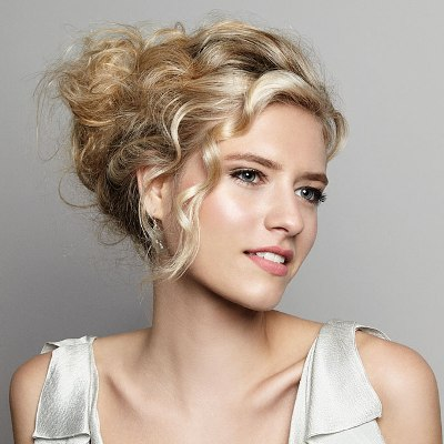 Easy-Steps-to-Make-a-Classic-Updo-Hairstyle