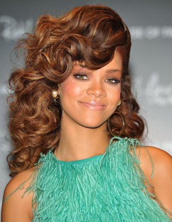 look-with-voluminous-side-swept-curls-rihannas-latest-hairstyles-612x787