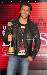 ranveer-singh-poses-with-his-award-during-20th-lions-gold-awards-2014_138917092910